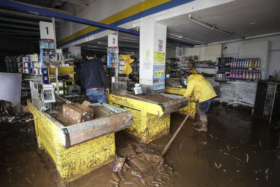 Broj žrtava u poplavama u Grčkoj povećan na 19