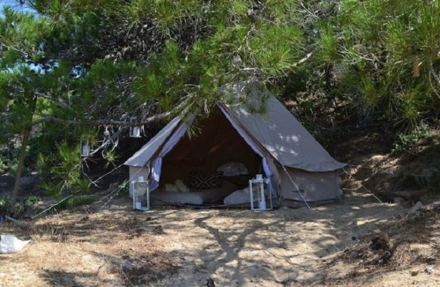 Došla na ostrvo i postavila šatore na plaži da ih iznajmljuje!